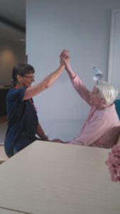 Varkauden Vanhainkotisäätiön palvelutalolla jumpataan henkilöstön opastuksella