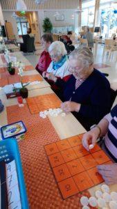 Varkauden Vanhaintukisäätiön palvelutalolla pelataan erilaisia pelejä
